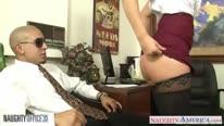 Развратная сисястая баба трахнулась с мужиком в офисе