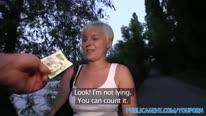 Чувак завел блондинку в кусты и отымел ее перед камерой