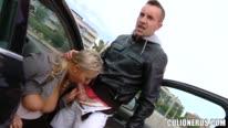 Сисястая блондинка сосет у машины