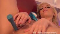 Блондинка с большой попой вся течет от секс игрушки